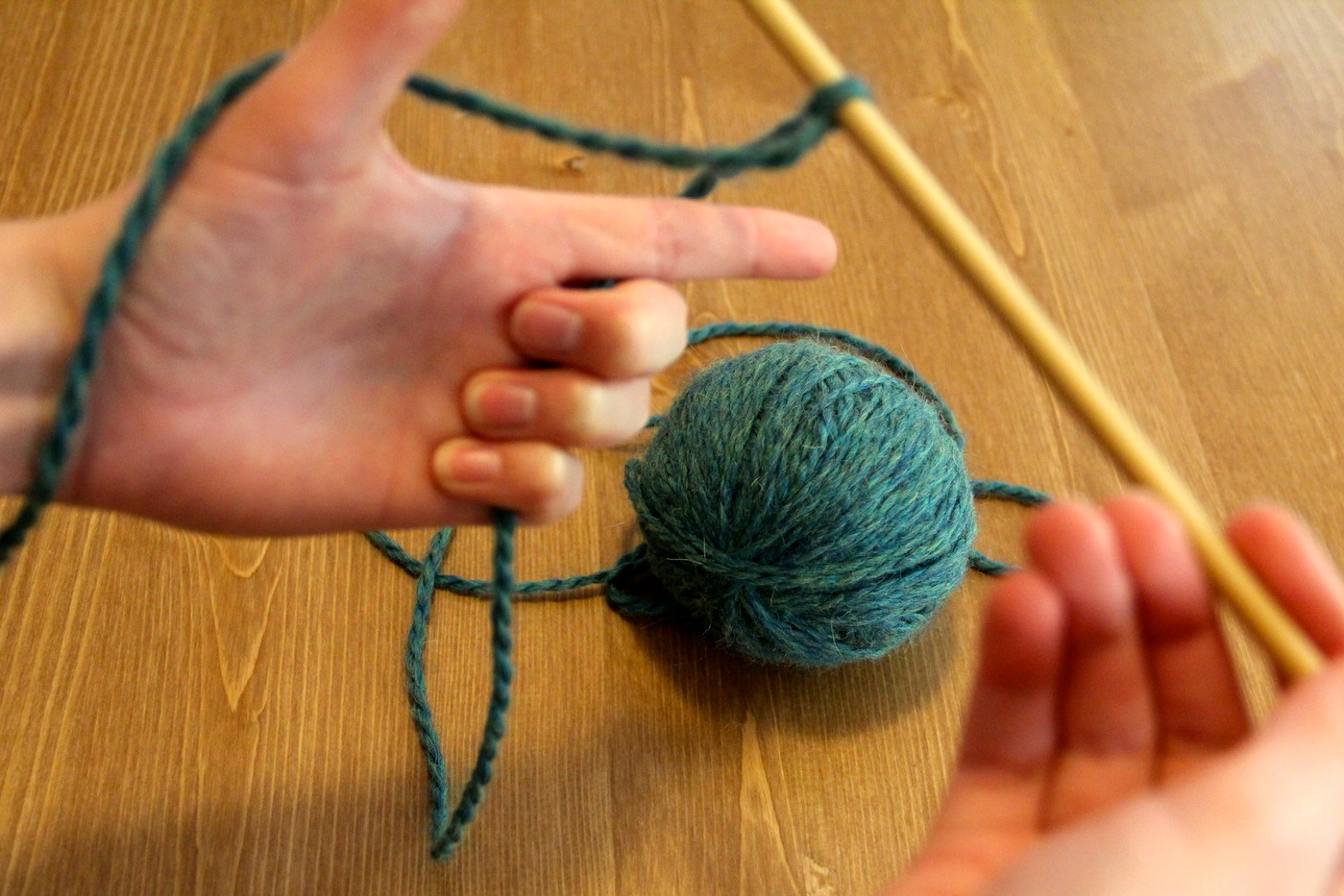 how to hold your knitting needles and yarn